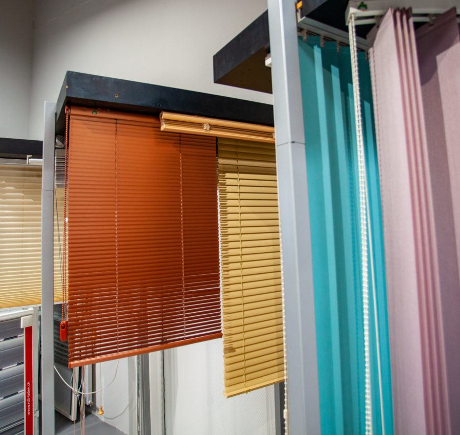 Divers stores intérieurs en couleur