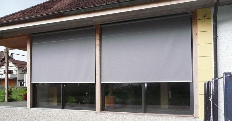 Stores vertical devant porte fenêtre