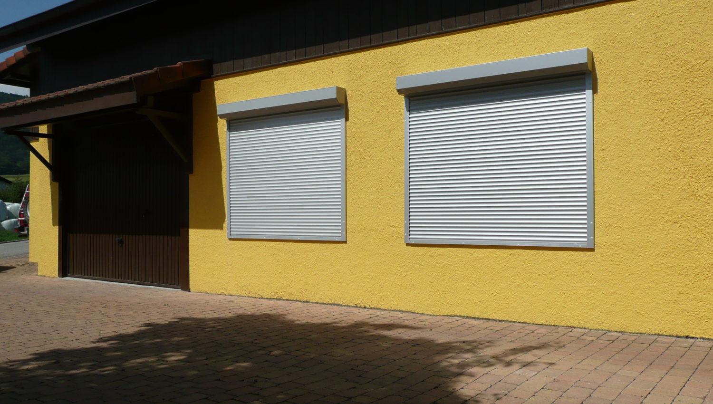 Volets roulants monoblocs sur une façade