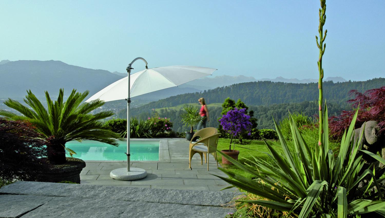 Parasol Pendalex au bord d'une piscine