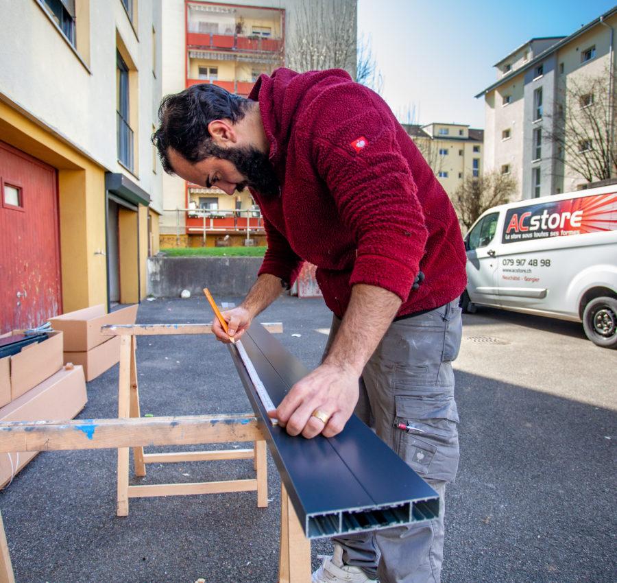 Préparation à l'installation d'une porte de garage par le fondateur AC Store